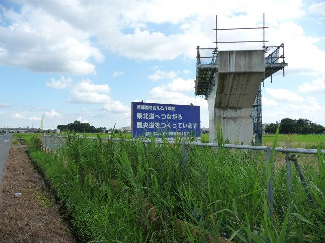 架設のために足場が設置された菖蒲白岡インター側の橋脚。