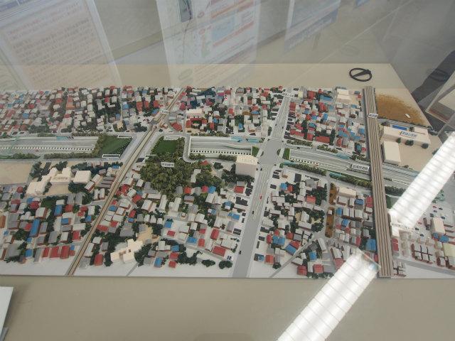模型が展示されています。左から京成本線・国道14号線・総武線。