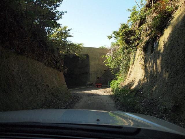 対向車来たらどうしましょうというくらい細い道にも、きちんとカルバートボックスを設けて地域の遮断を防いでいます。