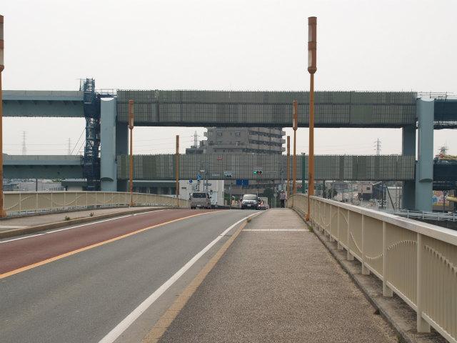 神川橋から県道47号藤沢平塚線との交差部分。