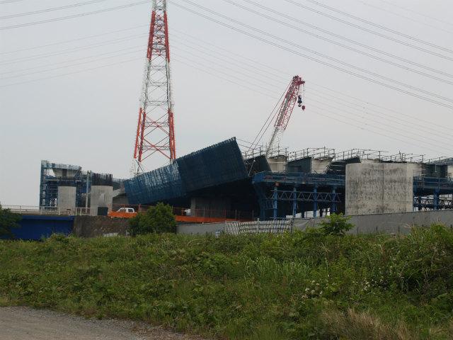 戸沢橋の手前から、跨道部分は鋼製の箱桁に見えます。