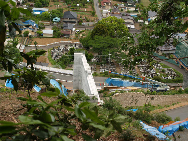 城山インターの相模原愛川インター側を斜面から。