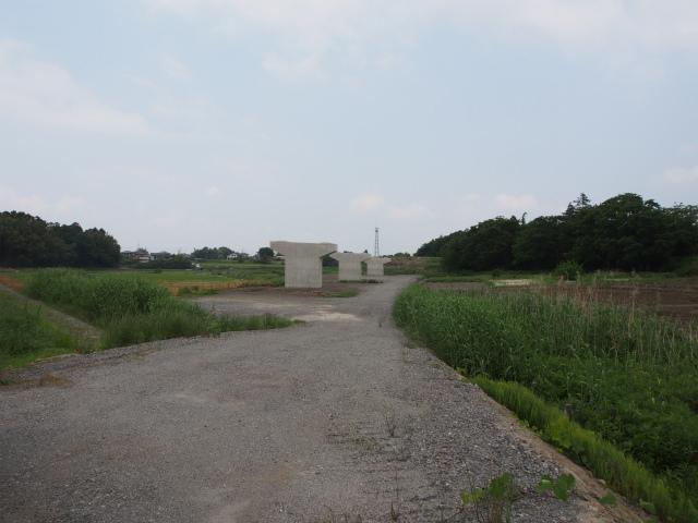 高須賀付近。橋脚が数本出来ています。小規模な橋脚工事が多いです。