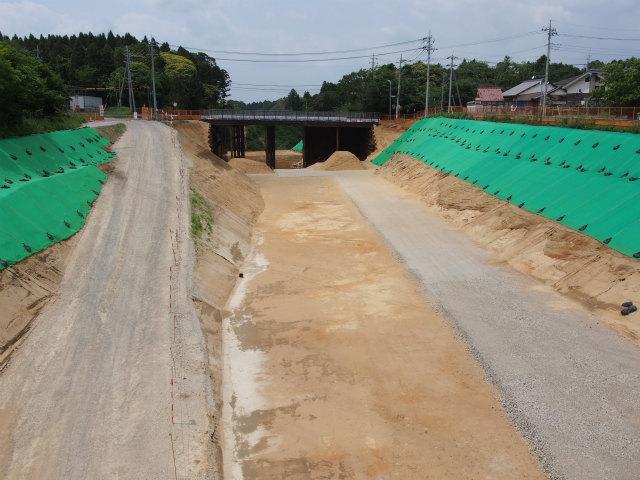 県道江戸崎新利根線との交差部。画面奥が稲敷インター方面。