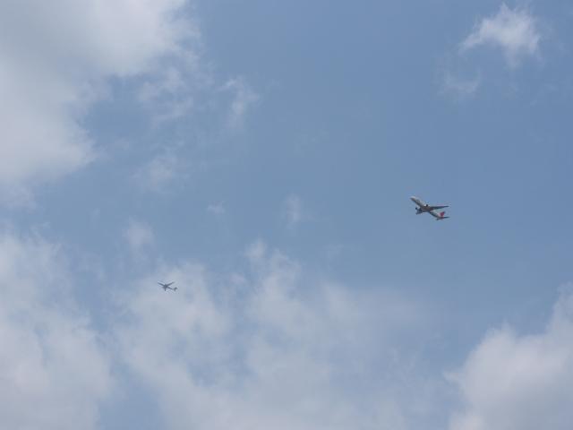 空を見上げると飛行機。