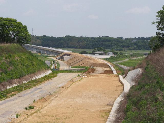 背中側。小野川にかかる江戸崎橋等。昨年は架橋工事中でした。
