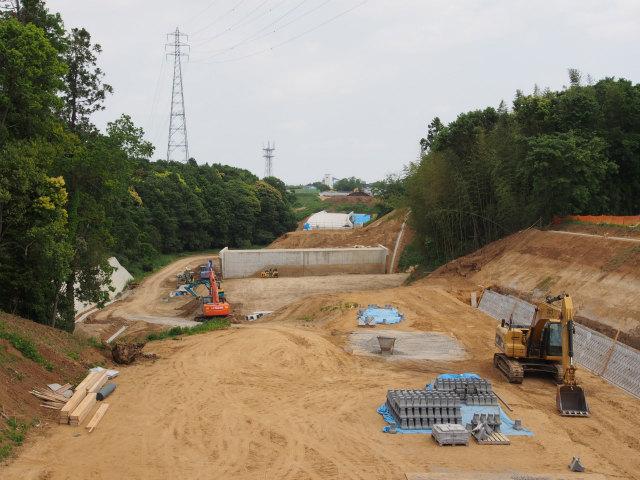 背中側。土工工事中で画面奥が東インター方面。