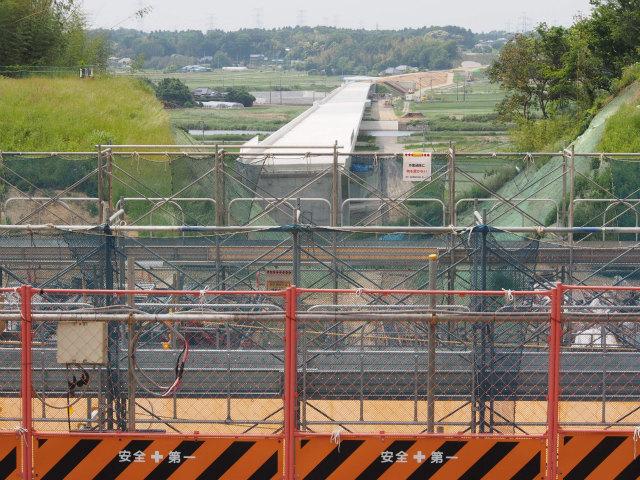 稲敷市駒塚付近。跨道橋を建設中。