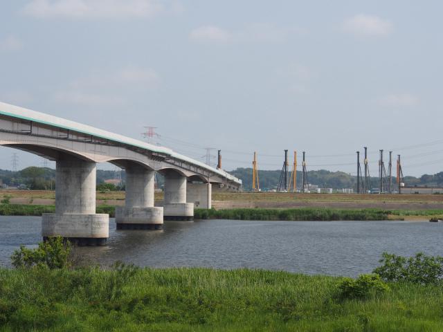堤防から。神崎インターに並ぶ基礎工事用の機械。