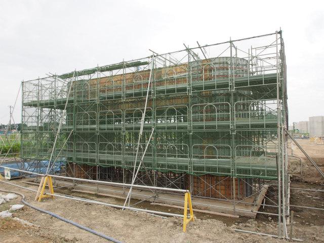背中側。建設中の橋脚。