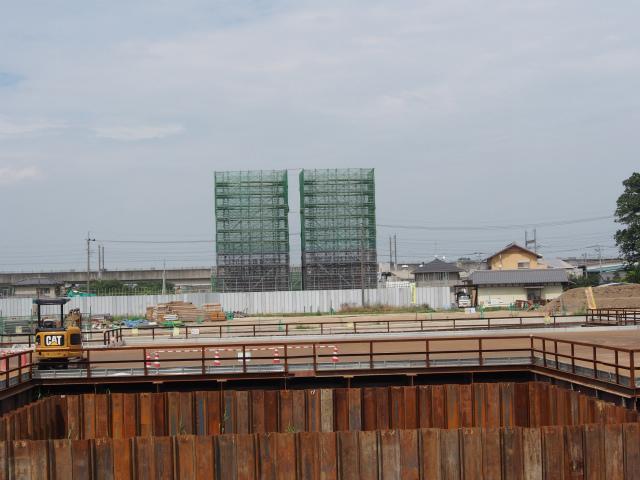 桶川市加納付近。橋脚を建設中。
