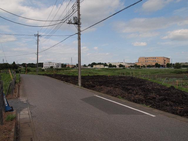 桶川市加納の用地。画面奥が上越新幹線方面。