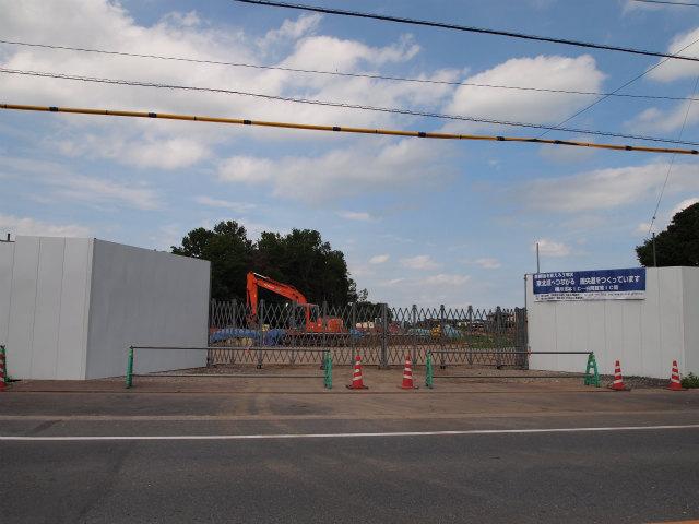 桶川高校入口交差点から同方面。工事用の出入口になっています。