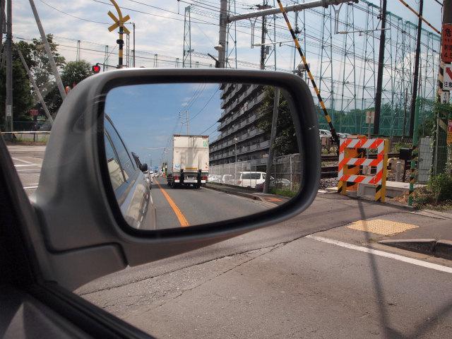 踏切が作動しはじめ、警報が鳴り始めたのに一時停止すらせず走り去ったトラック。