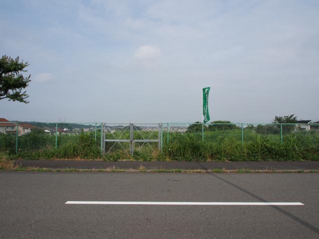 栄区庄戸の用地。画面奥が公田インター方面。