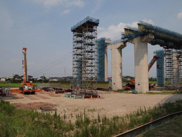 架設工事中の久喜白岡JCT内の本線部。