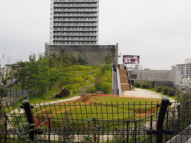換気塔側は立ち入り禁止。地元の小学生が田植えをした田んぼがあります。