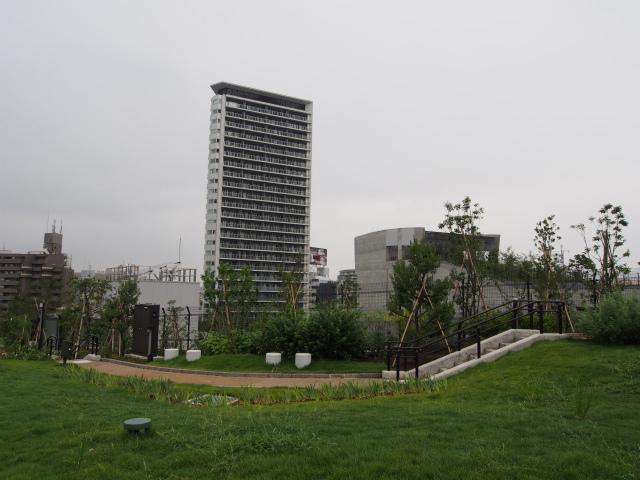 最初にオープンした再開発ビルのプリズムタワー。