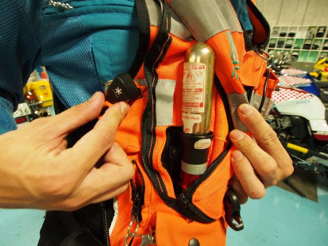 隊員の命を守るエアーバックジャケット。中にはボンベが入っており、転倒時の負傷軽減を図っています。制服もプロテクター入り。