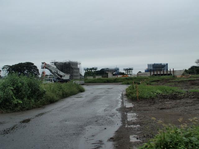 桶川インター内。架設のためのベントが見受けられます。