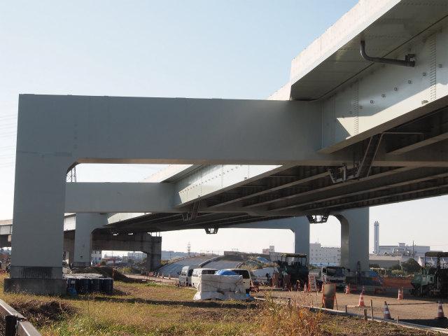 寒川南インター。上が本線、下が県道藤沢線と立体交差するアクセス部。