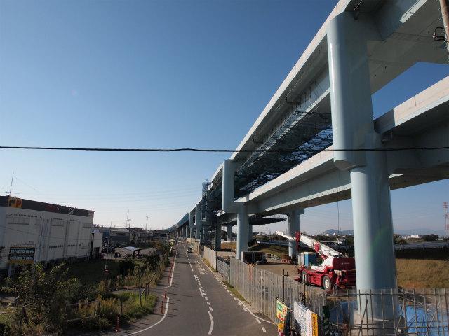 神川橋東側交差点脇から寒川南インター方面。ほとんど出来上がり。