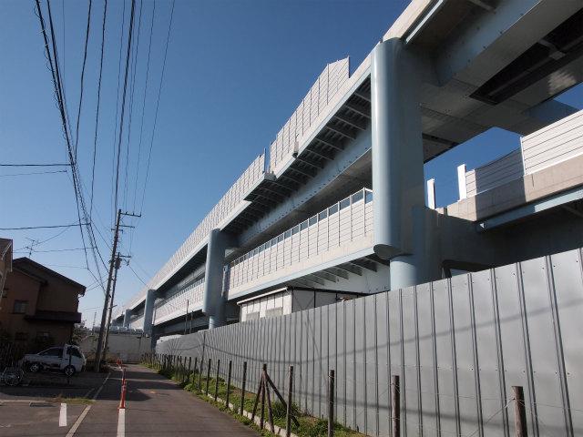 背中側の寒川南方面。遮音壁が神川橋まで設置されているようです。