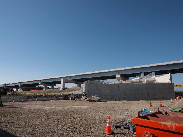下の橋台がアクセス道路。奥の本線は平成26年度開通予定なため、今回の開通では通行できません。