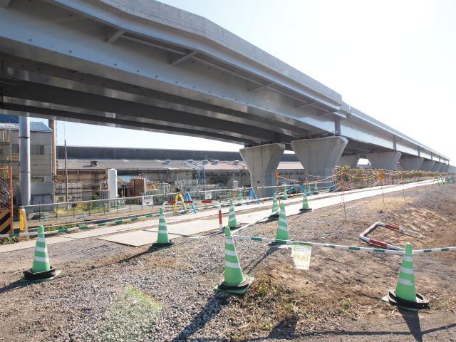 少し移動して、門沢橋寄りの倉見。奥が寒川北インター方面。桁も途切れています。