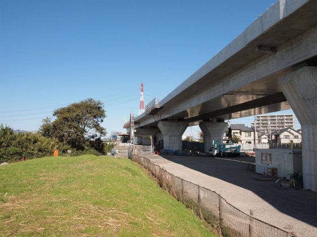 この付近で高架橋は途切れます。この先は東名改築区間となります。