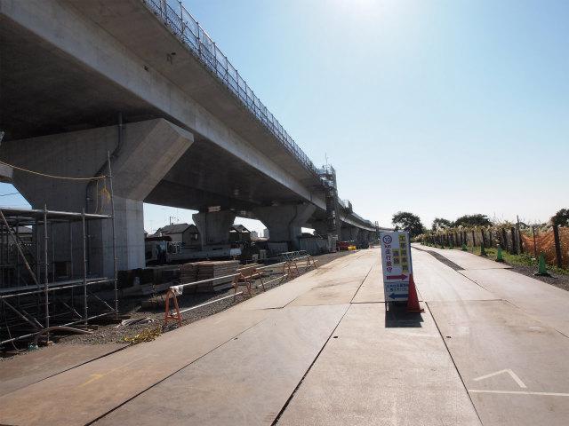 戸沢橋手前から寒川北インター方面。高欄が未完成。