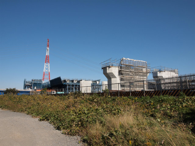 戸沢橋との交差部分。本線脇には一段高いランプが見えます。