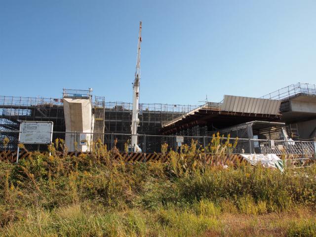 海老名南JCTの分合流部のため高架橋の幅が広くなります。