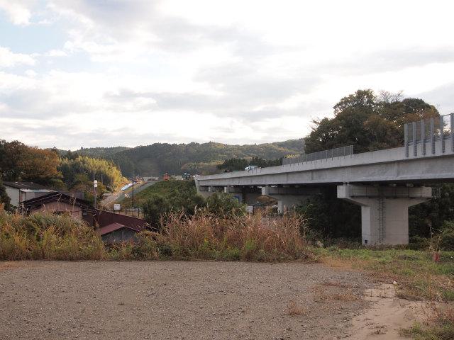 久留里線との交差部。画面奥には真理谷第4トンネルが見えます。