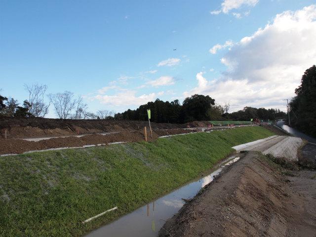 背中側。盛られているのは、切土やトンネル工事で余った土を本線予定地に盛っているものです。