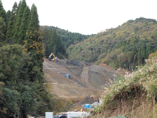 山口トンネルの市原側。盛土工事のため坑門が見えませんが、すでに貫通しています。