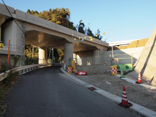 円柱の橋脚の間を斜めに市道が通ります。
