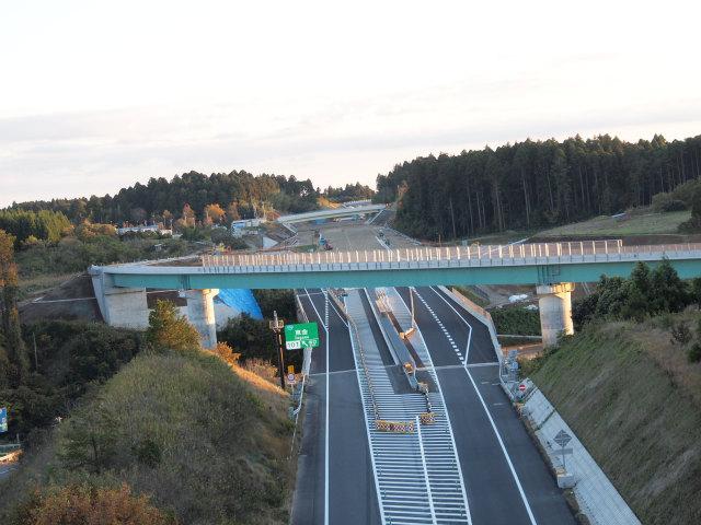 山武成東インター側の跨道橋から。