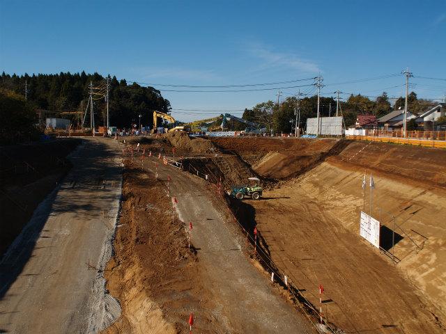 江戸崎付近。県道49号線江戸崎新利根線との交差部。この時期に県道の変化がないため、平成25年度の開通は無理かな?