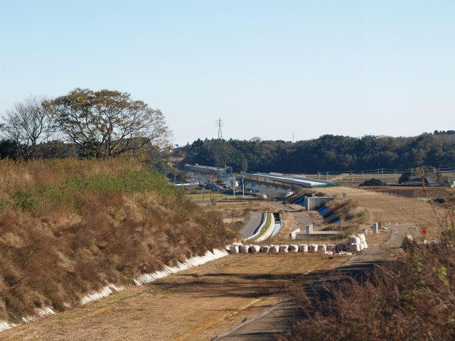 背中側。切土区間は4車線分ありますが、盛土区間は暫定二車線になります。