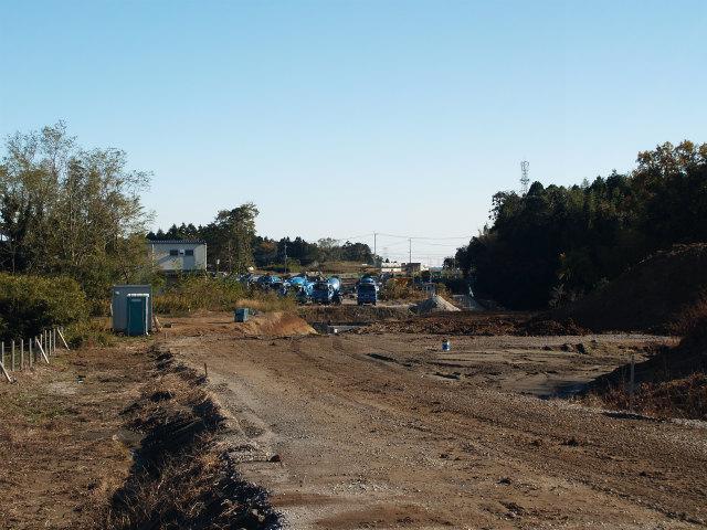 背中側の東インター方面。この先の県道江戸崎下総線との交差部があまり進捗していません。