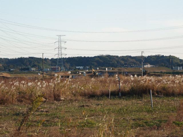 神崎インター予定地から下総インター方面。右端には成田線などと交差する橋梁の橋台が見えます。