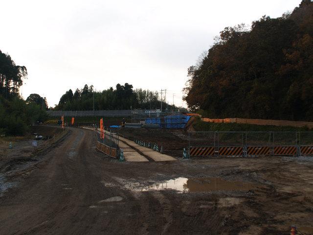 下総インターのアクセス部分。画面の奥が県道63号成田下総線との交差部分。