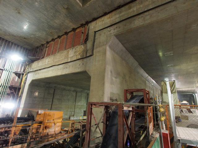 段差があるのは、地上部では上下線二階建て構造になるため。