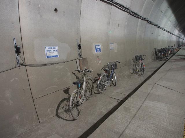 自転車置き場、シールドマシンの先端まで1時間近く歩くため自転車が活用されています。