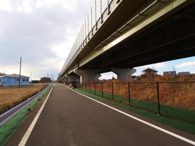 菖蒲町台付近の圏央道側道。