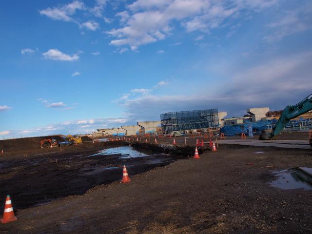 菖蒲PA予定地と本線。橋脚が新たに建設中。
