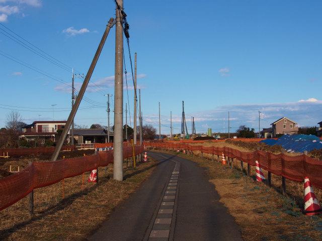 用地の真ん中を通る市道。迂回路設置かな?それとも廃止かな?