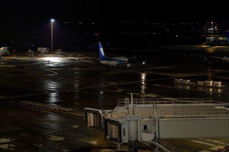 羽田空港 羽田空港で夜遅くまで働く飛行機をレストランから撮る