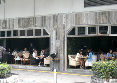 高架下オープンカフェ01